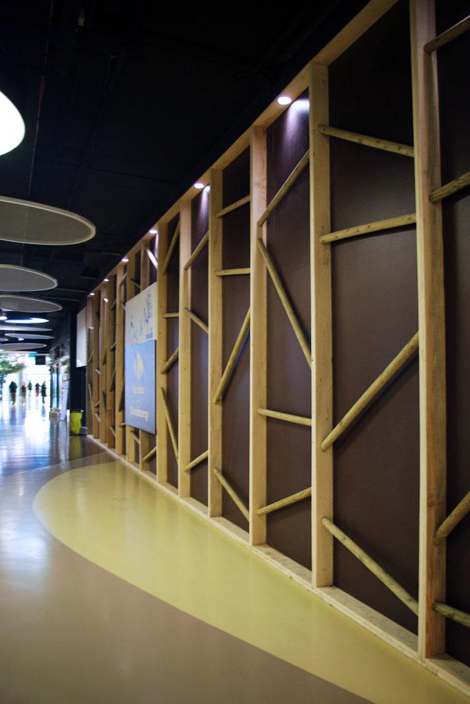 stratus.fr/sites/default/files/c.c.carrefour-chambourcy-chambourcy-palissade-chantier-interieur-corner-magasin-bois-en-relief-stratus_2
