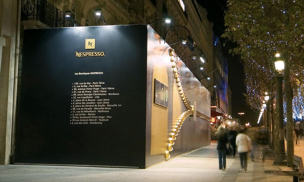 Palissade conçue et réalisée par STRATUS lors des travaux de la boutique Nespresso avenue des Champs-Elysées
